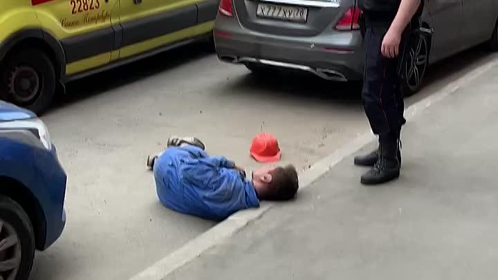 Избили мужчину на Петрозаводской улице Петроградского района. Реанимация и полиция на месте. Признак...