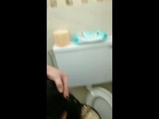 Снял бухую бабу в клубе в туалете
