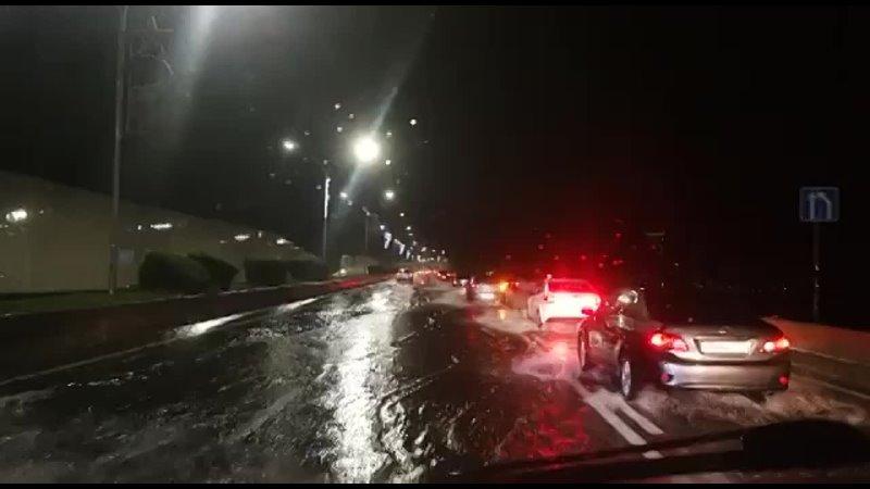 Власти Сочи объявили о возможной эвакуации населения, в городе воют сирены, перекрыты дороги, закрыто ж/д... [читать продолжение]