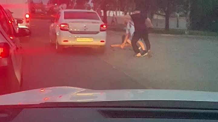 На Витебском проспекте произошел конфликт между сотрудником охранного предприятия и двумя молодыми л...