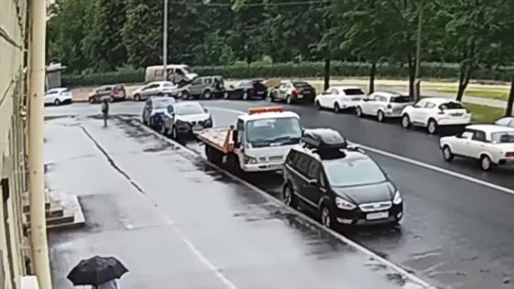 На мокром асфальте водитель не удержал Жигули в изгибе Бассейной улицы, ушёл в не управляемый занос ...
