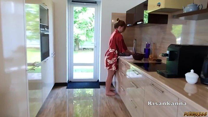 Kisankanna загипнотизирована на кухне