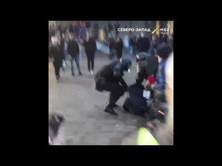 В Петербурге на Сенной полицейские при задержании применили шокер