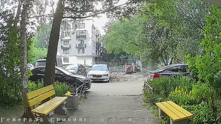 На Генерала Симоняка 8 корп 2 автомобиль задавил вылезшего из под двигателя котенка. Пожалуйста про...