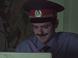 Полицейский смотрит на экран и смеется смех восторг когда увидел Лапенко