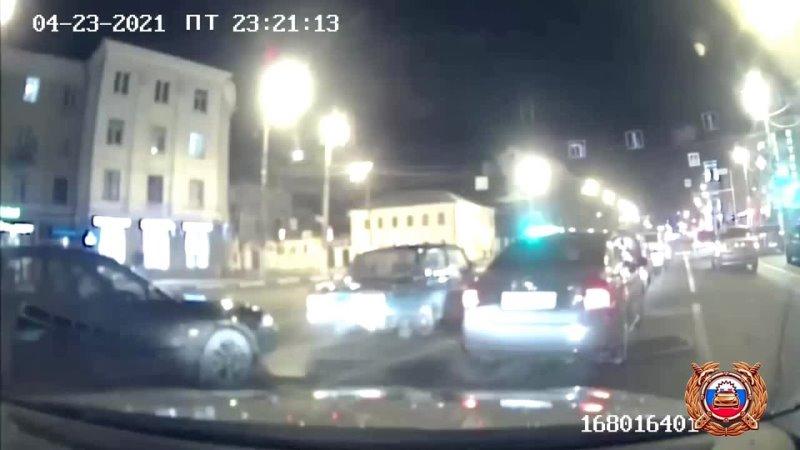 В Твери 17-летний водитель, уходя от погони, 16 раз проехал на «красный» и 12 раз выехал на встречку