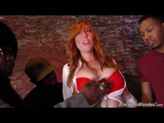 Негры толпой жестко ебут в анал жопу попу рыжую женщину барменшу насадил на большой хуй член порно секс с GangBang anal porn sex