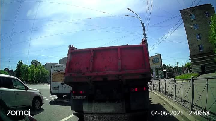 На повороте с Дальневосточного на Народную в 12:49 притерлись Митсубиси и автобус. Звук с видео не ...