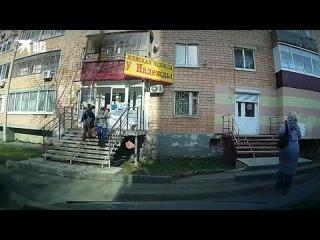 Балконная обшивка обрушилась на головы двух женщин в Ижевске