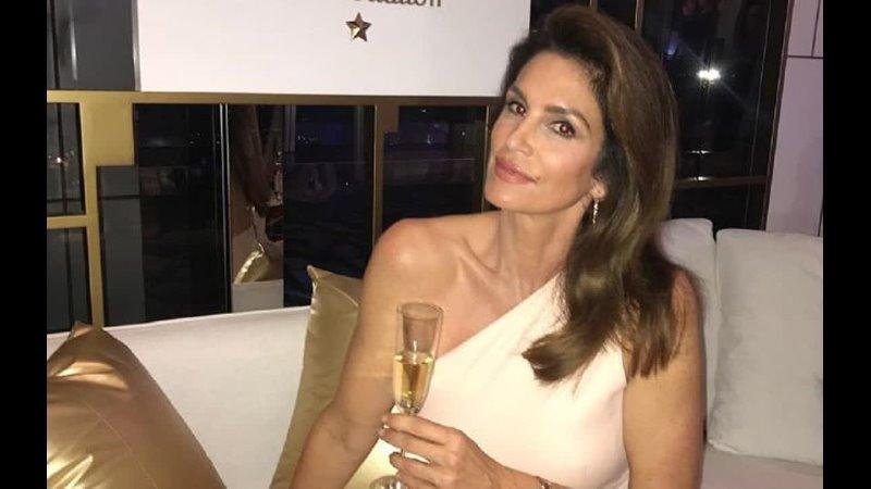 Икона красоты 55 летняя Синди Кроуфорд блистает в роскошном вечернем платье