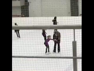 тренер в красногорске воспитывает девочку на льду