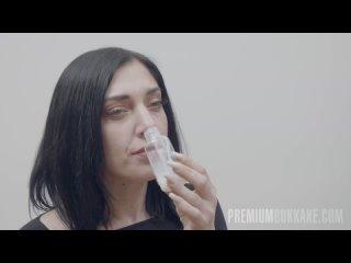Выпила на кастинге сперму из бутылки и позволила накончать себе в рот. Глотает сперму незнакомых мужиков.