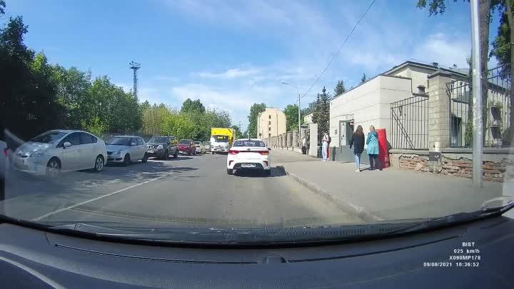 Этим утром на Чугунной улице, 46, у корпуса медсанчасти больницы Святителя Луки пенсионерка едва не ...