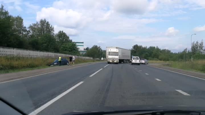 Легковая отдыхает в кювете после встречи с фурой на Волхонском шоссе