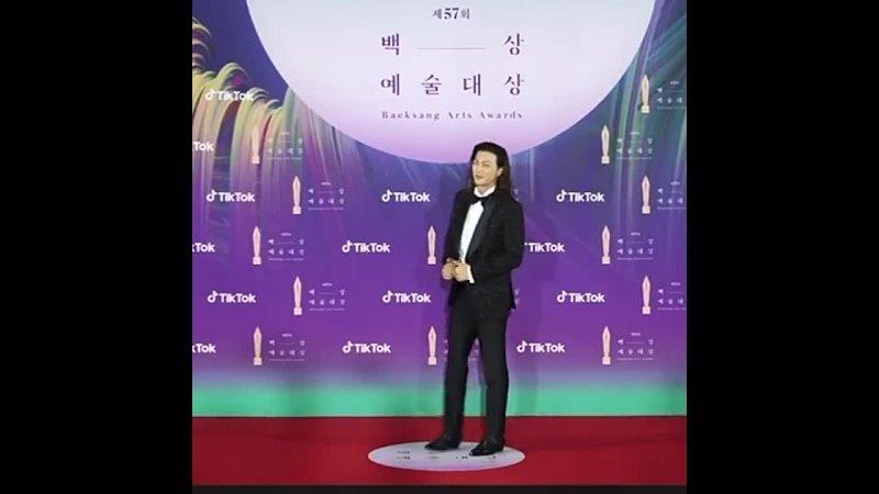 Ким Джи Хун на красной дорожке Baeksang Art Awards 2021