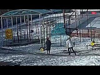На спортивной площадке в Томске штанга упала на пятилетнего мальчика