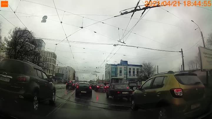ДТП с трамваем, около метро площадь Мужества