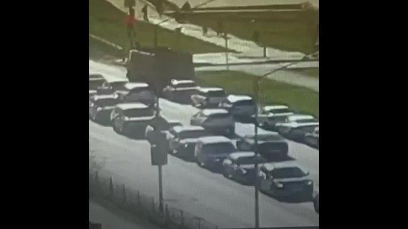В Первоуральске МАЗ смял девять машин