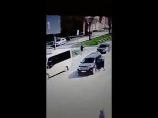 Омич украл спиртное и, убегая, попал под маршрутное такси