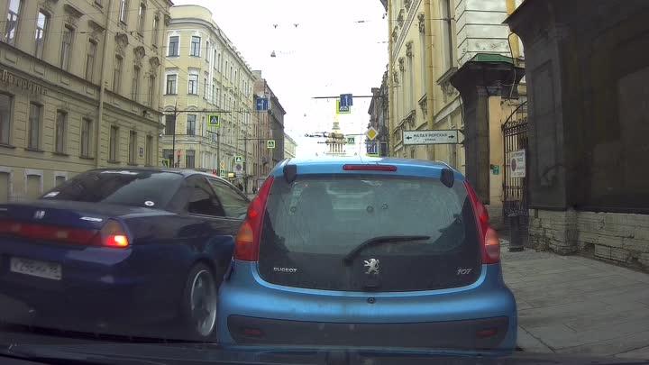 На Гороховой улице перед Малой Морской, девушка на Хонде во время парковки зацепила стоящий Peugeot. Ос...