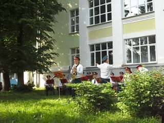 Играет военный оркестр Академии РХБЗ под руководством Эдуарда Клейна