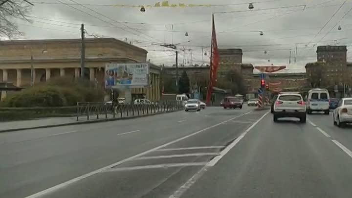 На Стачек, рядом со станцией метро Кировский завод, над дорогой развевается элемент праздничного офо...