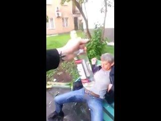 Россияне празднуют установку нового фонтана прямо во дворе