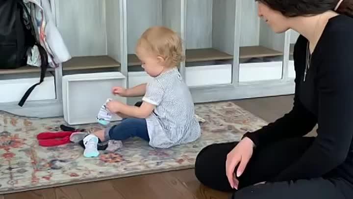 Малышка вытаскивает вещи из шкафа