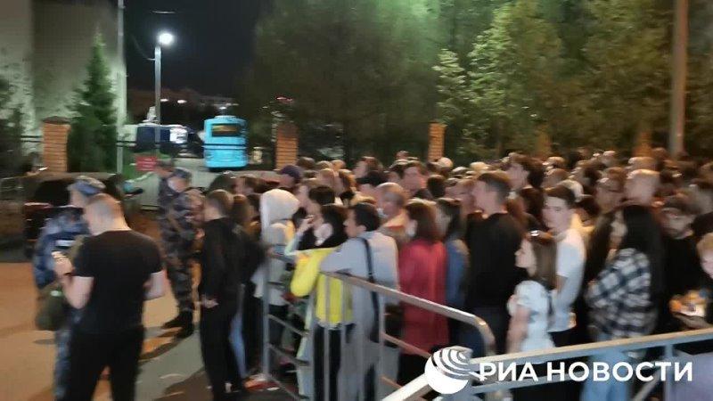 К ночи у школы №175 в Казани по прежнему сотни людей пришедших возложить цветы в память о погибших во время стрельбы