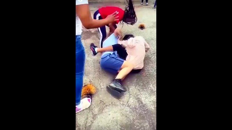 Две чернокожие женщины напали на работницу почты после дтп