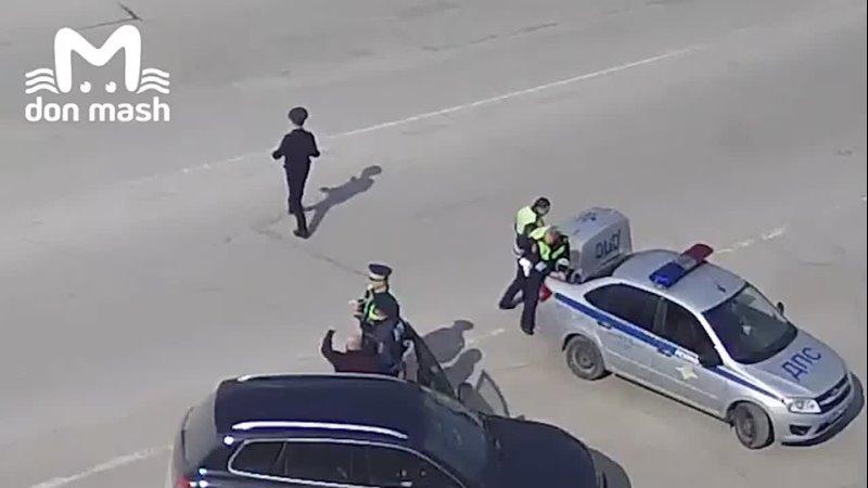 В Ростовской области сотрудники ДПС спасли водителя в предынфарктном состоянии