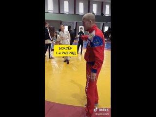 Боксёр отправляет в нокаут дерзкого борца.
