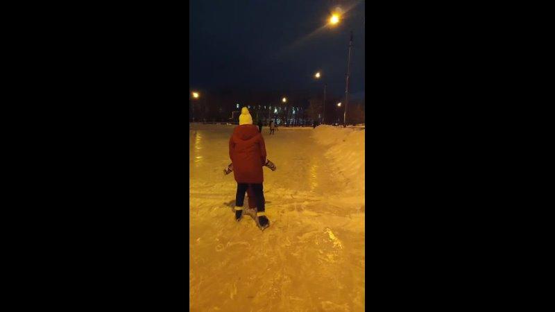 А это как мы учились кататься на коньках и после третьего занятия теперь катается сама