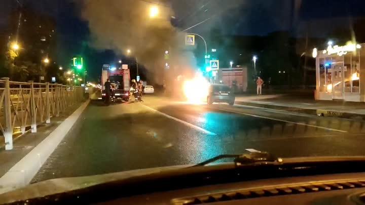 Сегодня около полуночи на проспекте Луначарского загорелась honda. Парень испуганно бегал и искал ог...