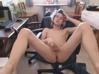 Молодой парень раздевается и дрочит хуй Стриптиз Голый парень красивый член и попка Домашнее видео Гей порно секс