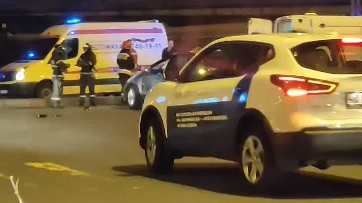 Авария с участием автомобиля каршеринга на пересечении Ленинского проспекта и Кубинской улицы в 00:0...