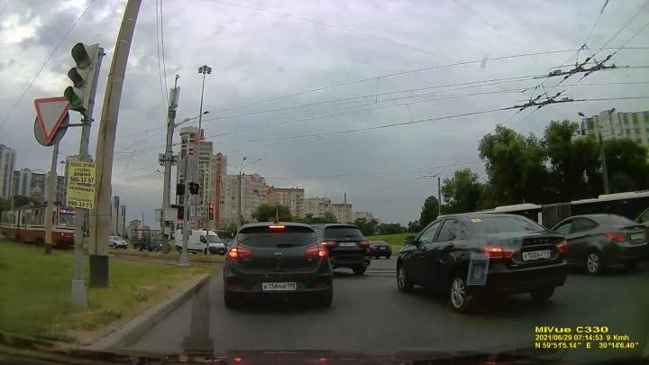 На пересечении Кронштадтской площади и проспекта Стачек на выезде с площади в сторону Петергофа стои...