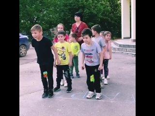 Сегодня с ребятами провели эстафету 'Весёлые старты'. Команда 'Звёздочек' и команда 'Солнышек' с весёлым задором состязались дру