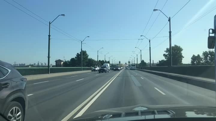 Ленд Ровер заФиатил и отМитсубиськал сразу двоих на Невском путепроводе в сторону проспекта Славы.