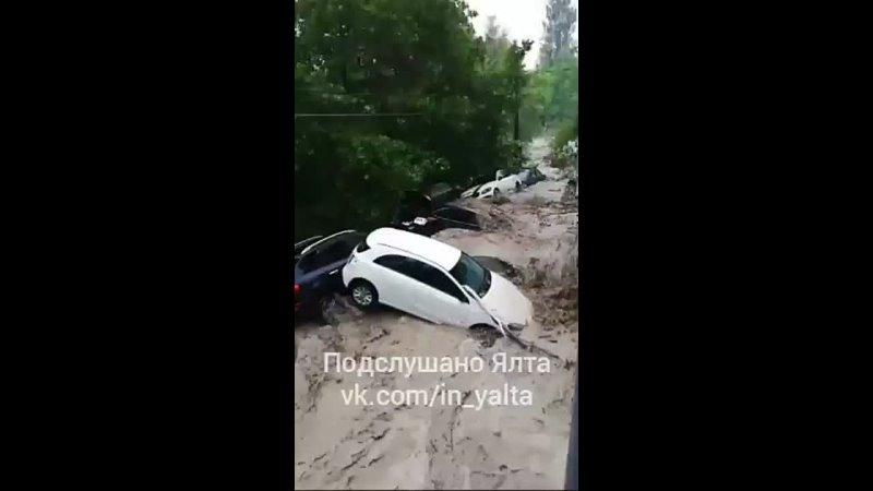Машину смыло и потащило потоком по реке