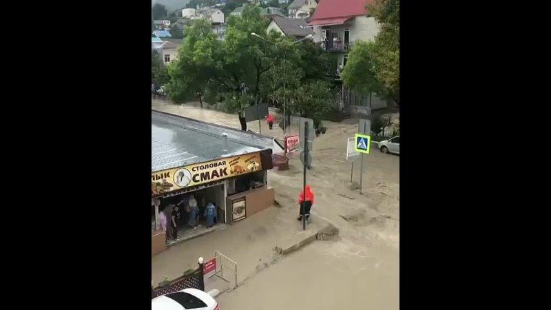 В Сочи режим ЧС    Затоплены улицы города и автомобили.