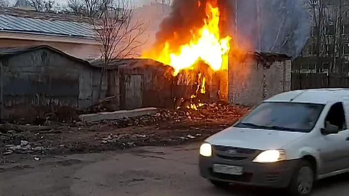 На Лётчика Пилютова 34 /1 загорелся гараж, хорошо, что людей внутри не обнаружилось.