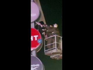 Сотрудники МЧС в Иванове сняли с рекламной конструкции у ТРЦ «Тополь» молодую девушку