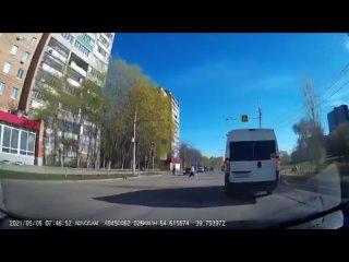 🚦В Рязани на улице Советской Армии внедорожник Toyota Land Cruiser Prado проскочил на красный сигнал светофора. Видео размещено
