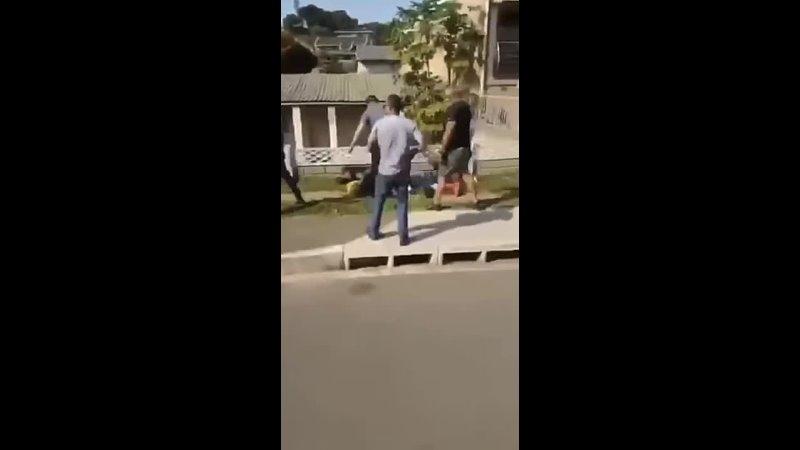 ЮАР патрули самообороны ловят местных революционеров грабителей домов