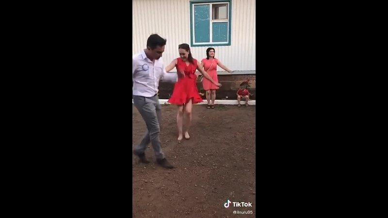 Девушка в красном платье отжигает на танцполе 1