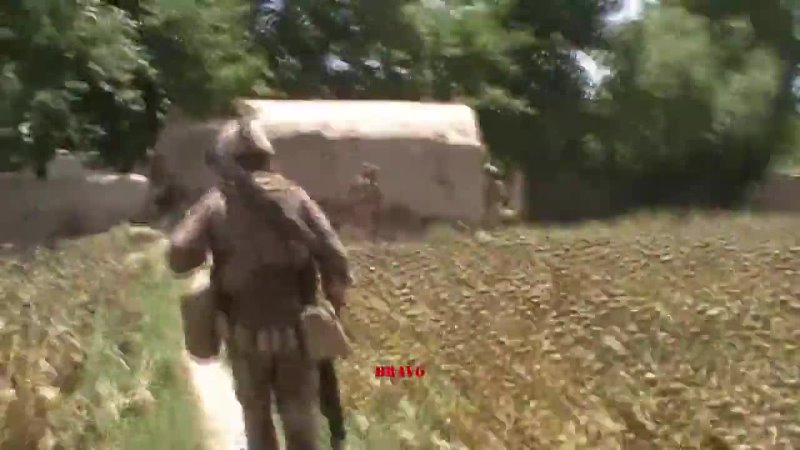 Морская пехота США отбивает засаду талибов в Афганистане.
