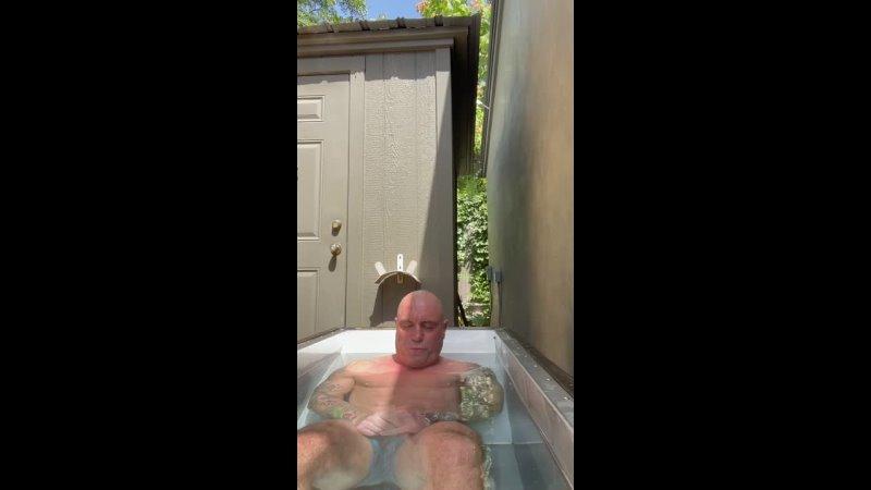 Джо Роган просидел в ледяной ванне 20 минут
