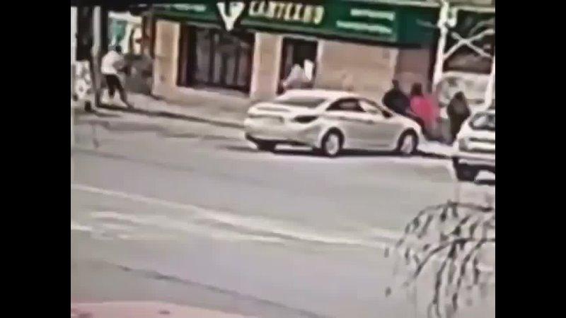 Девушка бегала по крышам машин в Караганде 🤦🏼♂️ Что делать с такими
