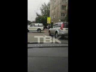 В Красноярске на Калинина автомобиль врезался в жилой дом